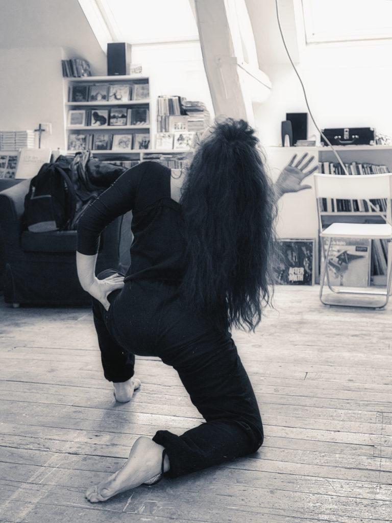 Cie LaVicomtesse, danse-théâtre, à l'atelier Nadin en Bourgogne  séance de travail avec le photographe Jean-Claude Monier, danseuse Marie Grommier