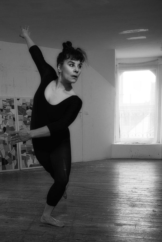 Cie la Vicomtesse, Marie Grommier, 2020, danseuse-comédienne à l'atelier Nadin, Bourgogne, séance de travail avec le photographe Jean-Paul Monnier;